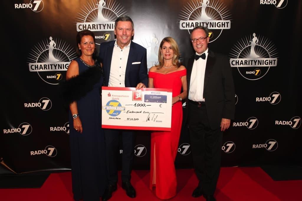 Auf der Drachenkinder Charity Night 2017 überreicht Oliver Frey den Spendenscheck vom 13. NETZWERK Golfevent